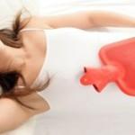 femme-utilisant-un-remede-maison-pour-soulager-la-candidose